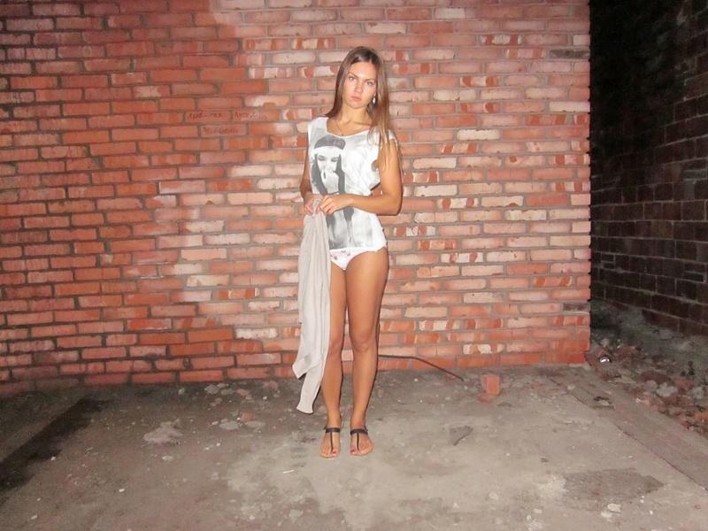 Длинноногая девушка снимает трусики в заброшенном доме 6 фото