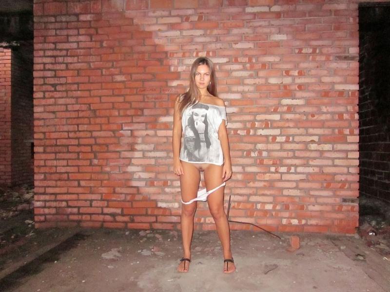 Длинноногая девушка снимает трусики в заброшенном доме 8 фото