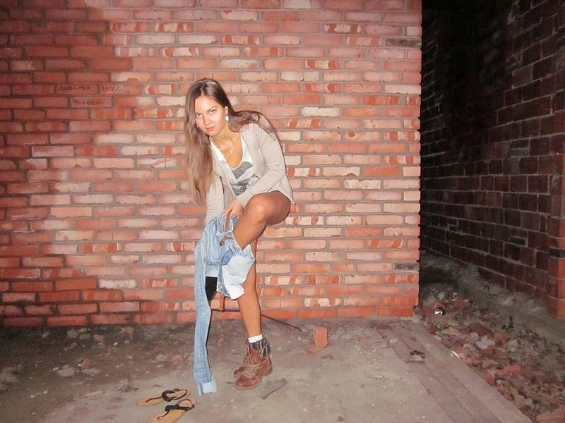 Длинноногая девушка снимает трусики в заброшенном доме 4 фото