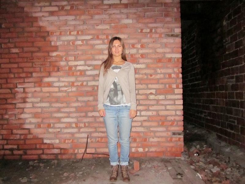 Длинноногая девушка снимает трусики в заброшенном доме 1 фото