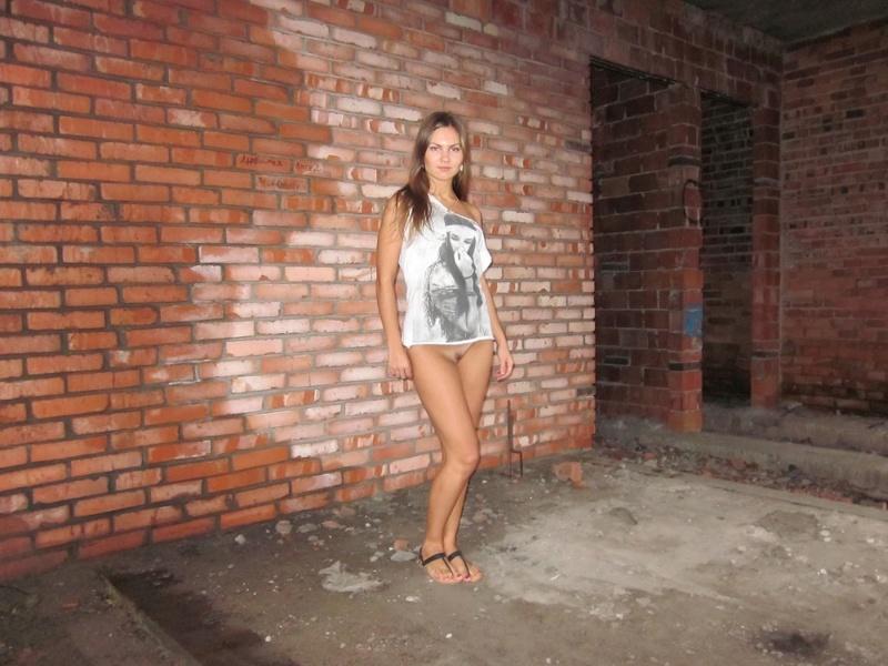 Длинноногая девушка снимает трусики в заброшенном доме 10 фото