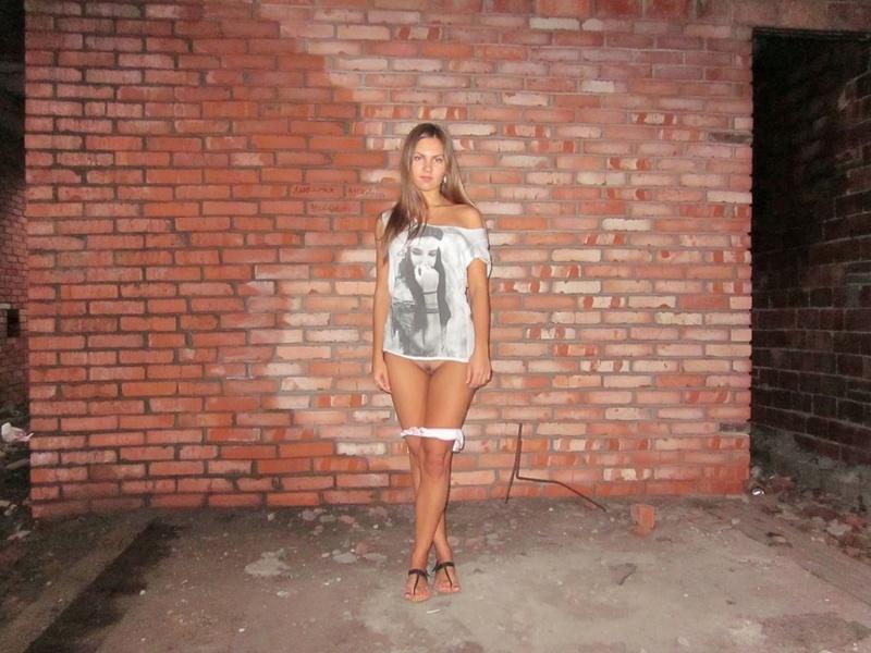Длинноногая девушка снимает трусики в заброшенном доме 9 фото