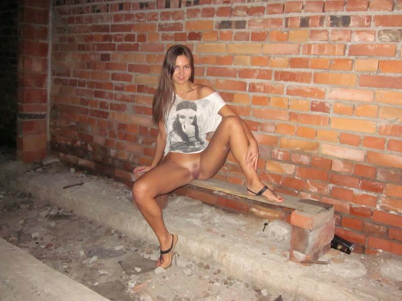 Длинноногая девушка снимает трусики в заброшенном доме 19 фото