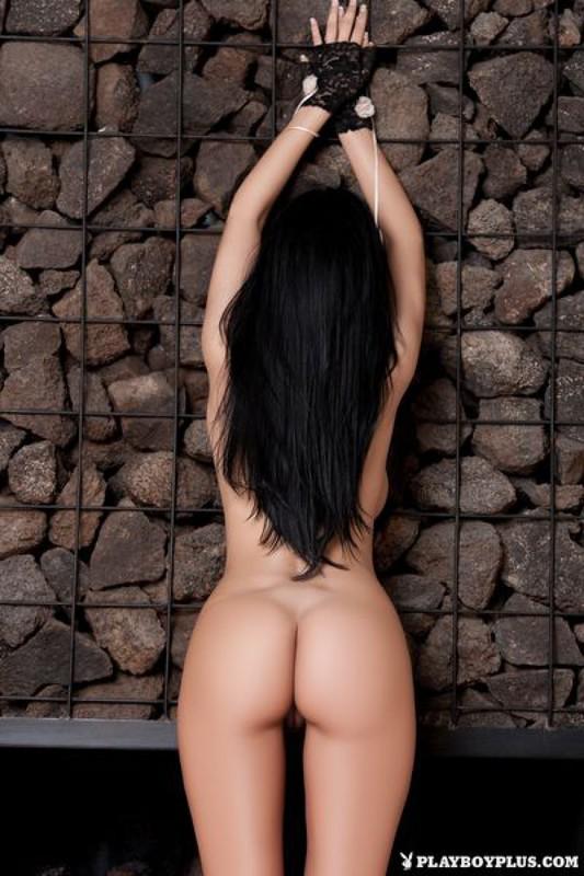 Итальянка демонстрирует большие буфера возле камина на вилле в Сицилии 29 фото