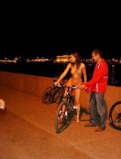 Голая девушка в ночном городе