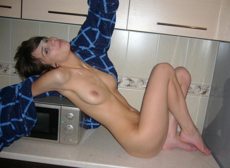 Худая жена сосет в Ниссане посреди леса и раздевается в квартире 17 фото