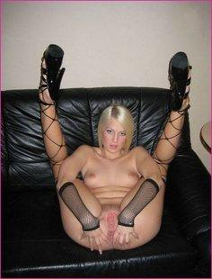 Гламурная блондинка раздвигает ножки и дрочит киску голая