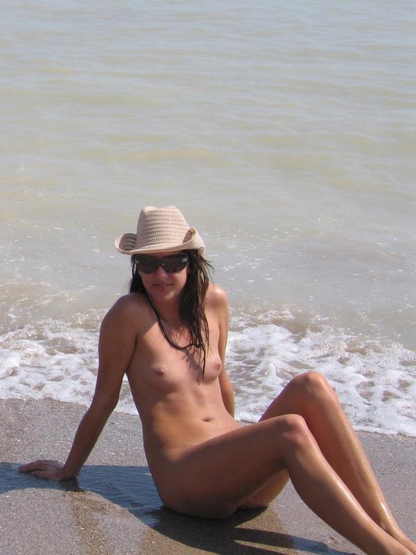 Спортивной внешности подруга раздевается на пляже
