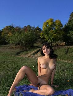 Голенькая грудастая девушка устроила себе пикник