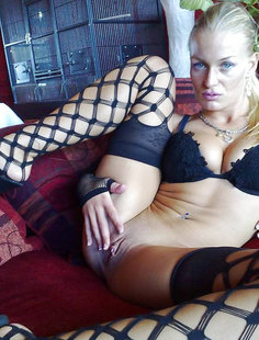 Татуированная девушка с большой грудью предлагает свою киску