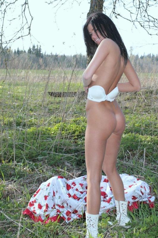 Длинноногая брюнетка гуляет в деревне голышом и идет в сауну 5 фото