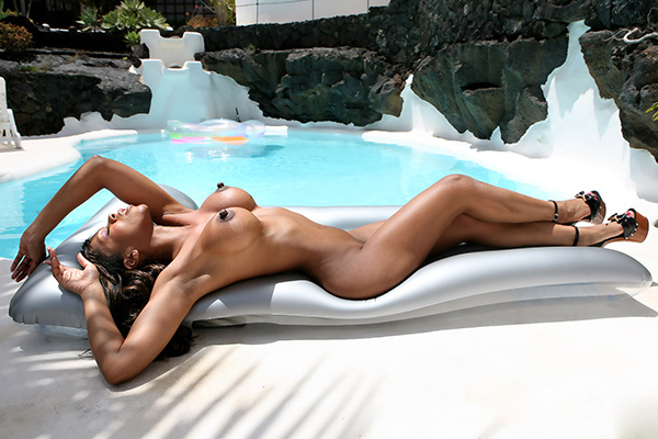 Спортивная мулатка с большими сосками загорает у бассейна 16 фото