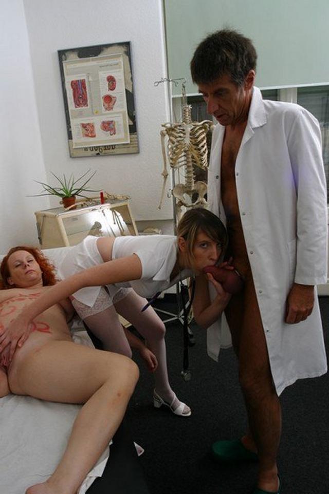 Пошлые медсестры зашли в ординаторскую к врачам и устроили групповуху 9 фото