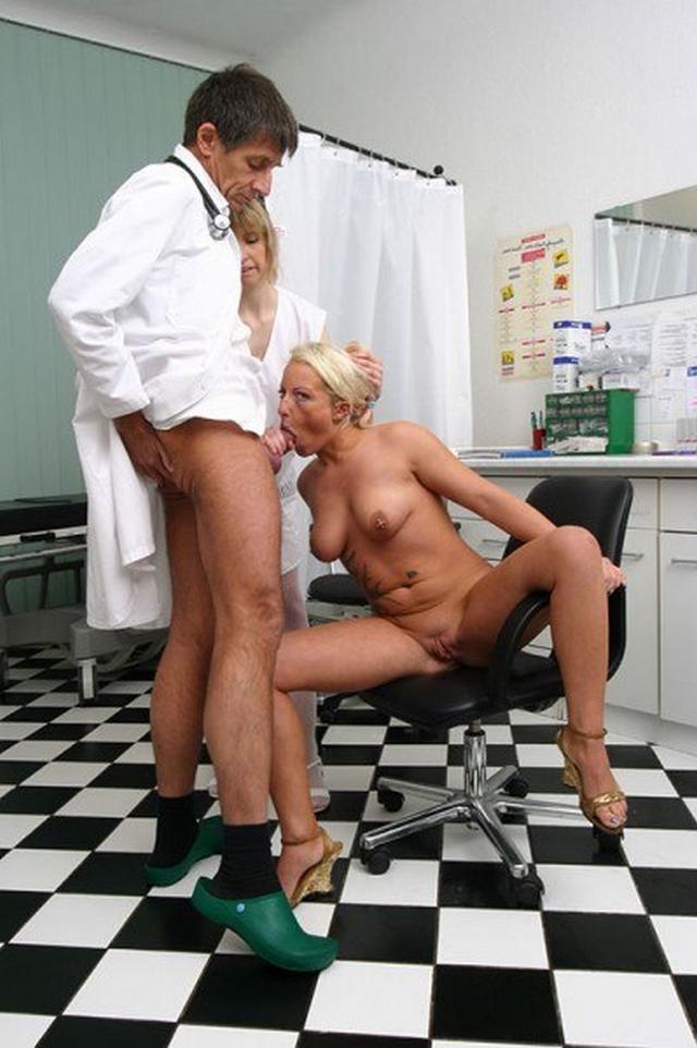 Пошлые медсестры зашли в ординаторскую к врачам и устроили групповуху 34 фото