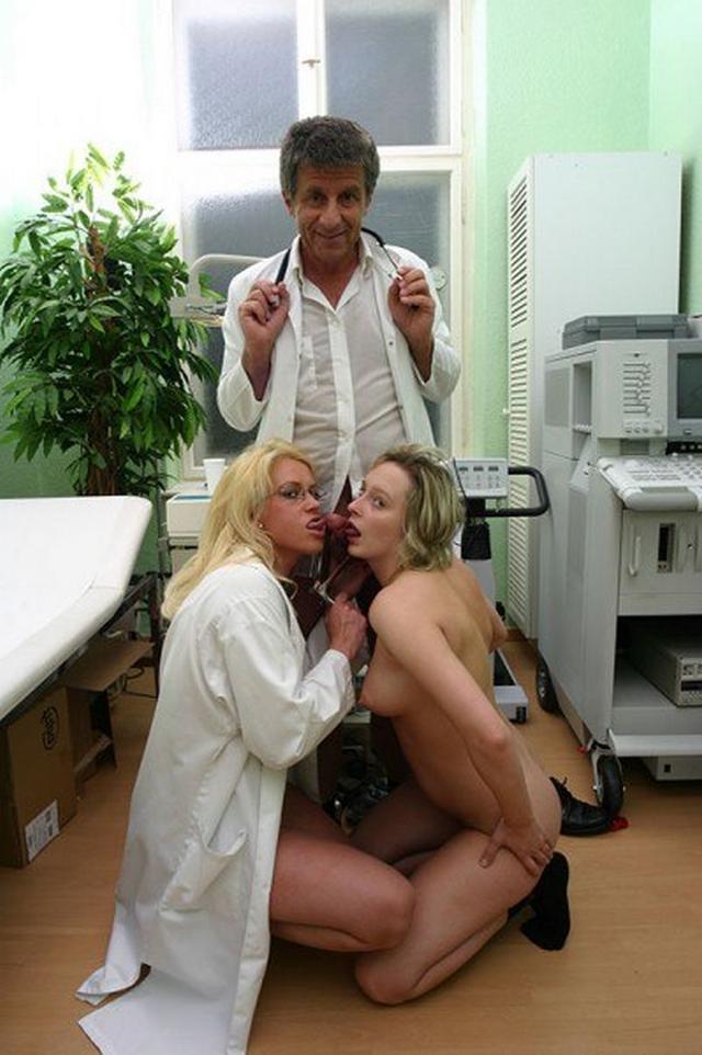 Пошлые медсестры зашли в ординаторскую к врачам и устроили групповуху 39 фото