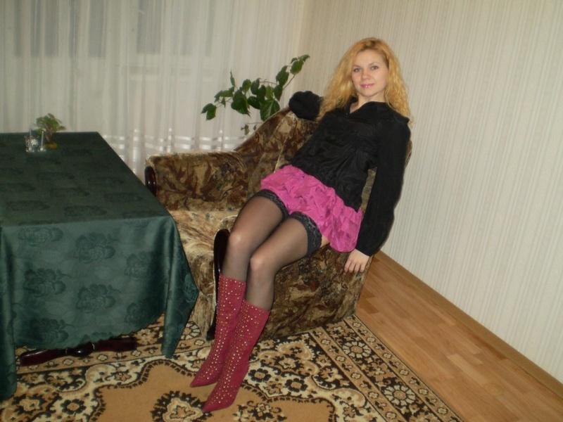 Дама в красном белье медленно разделась дома 1 фото
