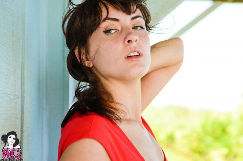 Голубоглазка снимает красное платье с позирует на камеру под уличным навесом 20 фото