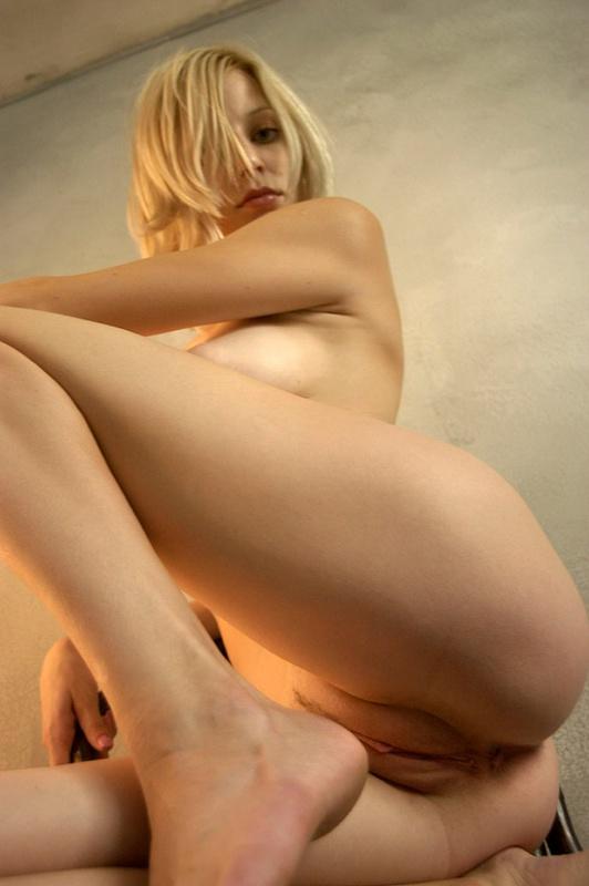 Неповторимая блондинка показала большие сиськи 15 фото