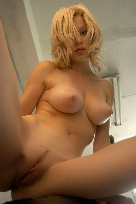 Неповторимая блондинка показала большие сиськи 4 фото
