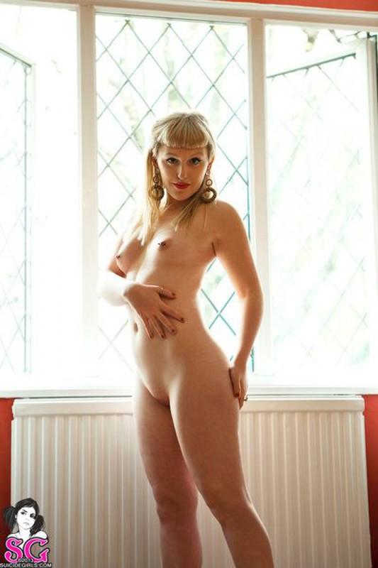 Татуированная очаровашка поменяла эротическое бельё на красные трусики 19 фото