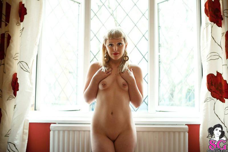 Татуированная очаровашка поменяла эротическое бельё на красные трусики 39 фото