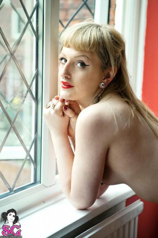 Татуированная очаровашка поменяла эротическое бельё на красные трусики 31 фото