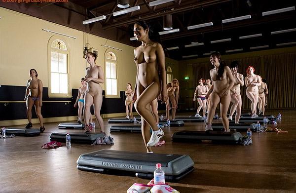 Стройные девушки голышом занимаются фитнесом 3 фото