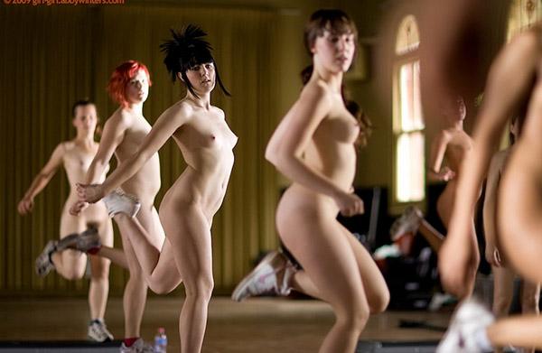 Стройные девушки голышом занимаются фитнесом 4 фото