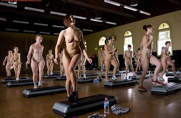 Стройные девушки голышом занимаются фитнесом 6 фото
