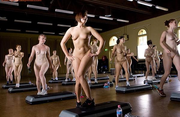 Стройные девушки голышом занимаются фитнесом 5 фото