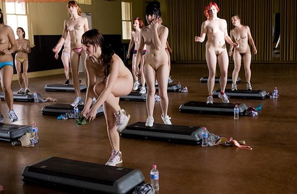 Стройные девушки голышом занимаются фитнесом 8 фото