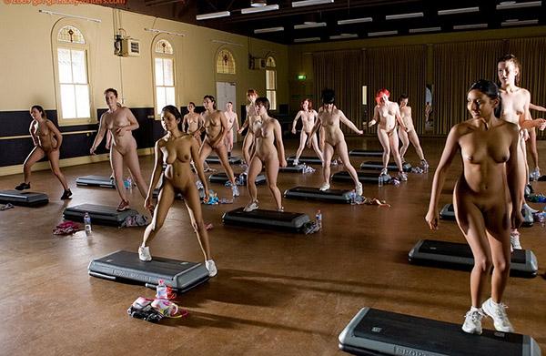 Стройные девушки голышом занимаются фитнесом 7 фото