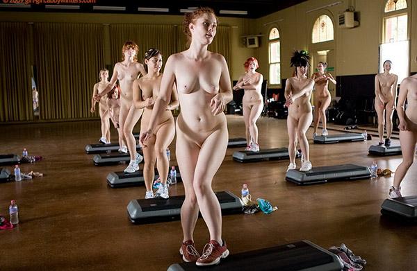 Стройные девушки голышом занимаются фитнесом 9 фото