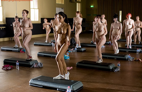 Стройные девушки голышом занимаются фитнесом 13 фото