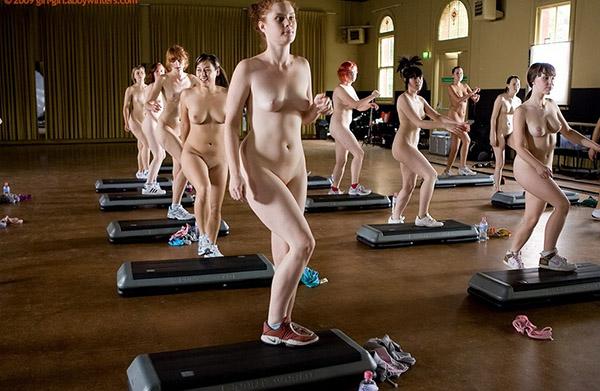 Стройные девушки голышом занимаются фитнесом 10 фото
