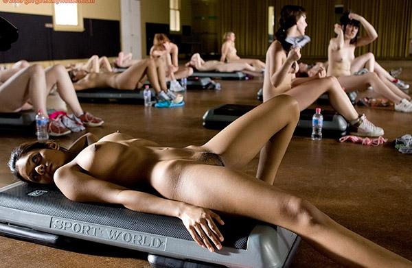 Стройные девушки голышом занимаются фитнесом 18 фото