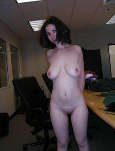 Новая секретарша сосет член своему начальнику