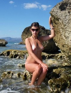 Молодая жена оголилась на скалистом берегу моря