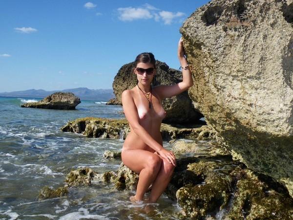 Молодая жена оголилась на скалистом берегу моря 4 фото