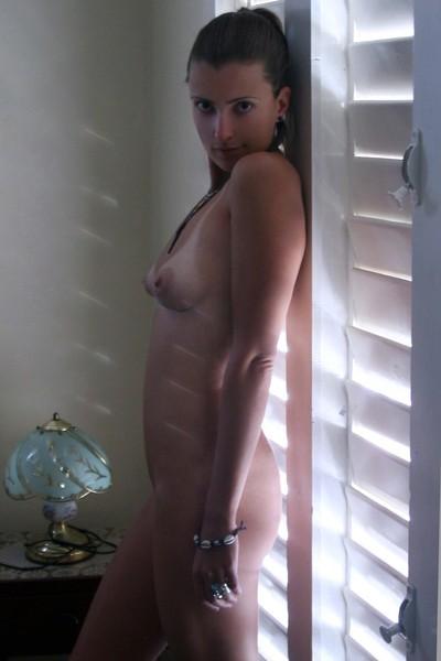 Молодая жена оголилась на скалистом берегу моря 11 фото