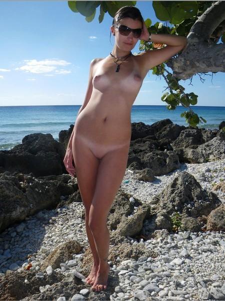 Молодая жена оголилась на скалистом берегу моря 6 фото