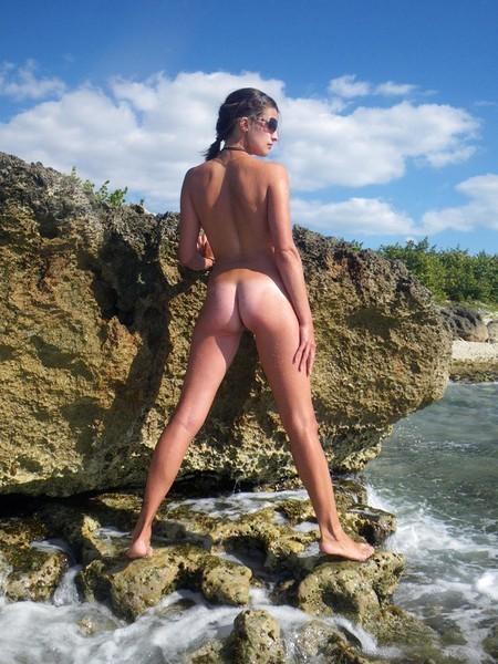 Молодая жена оголилась на скалистом берегу моря 3 фото