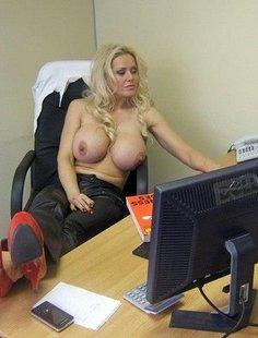 Сиськастая секретарша из Америки оголила дойки перед вебкой