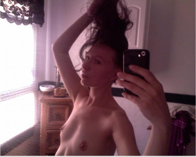 Пошлые селфи в зеркале от эмо-девушек 6 фото