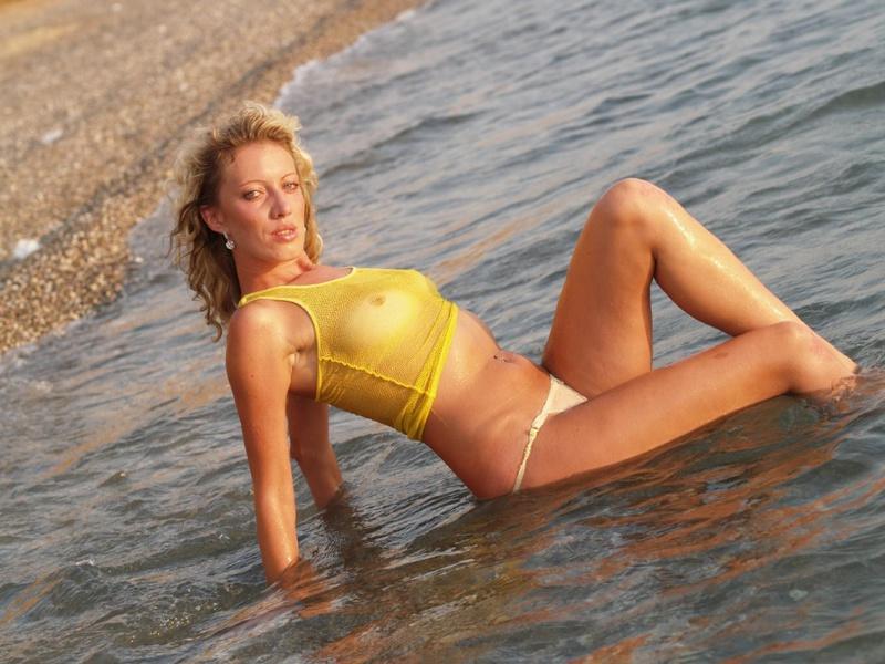 40-летняя туристка купается в одежде