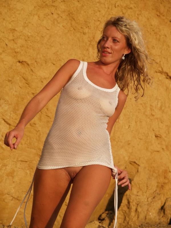 40-летняя туристка купается в одежде 3 фото