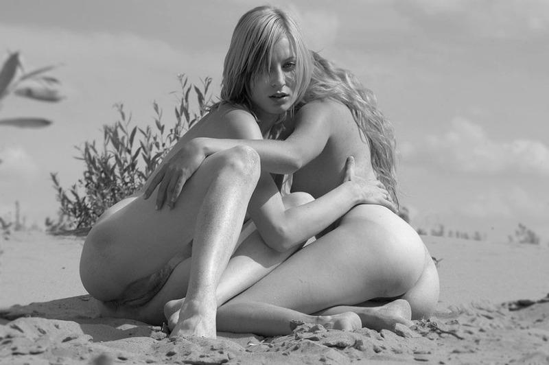 Красивые девушки позируют на песчаном пляже 18 фото