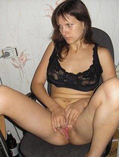 Задорная брюнетка гоняет киску секс игрушкой