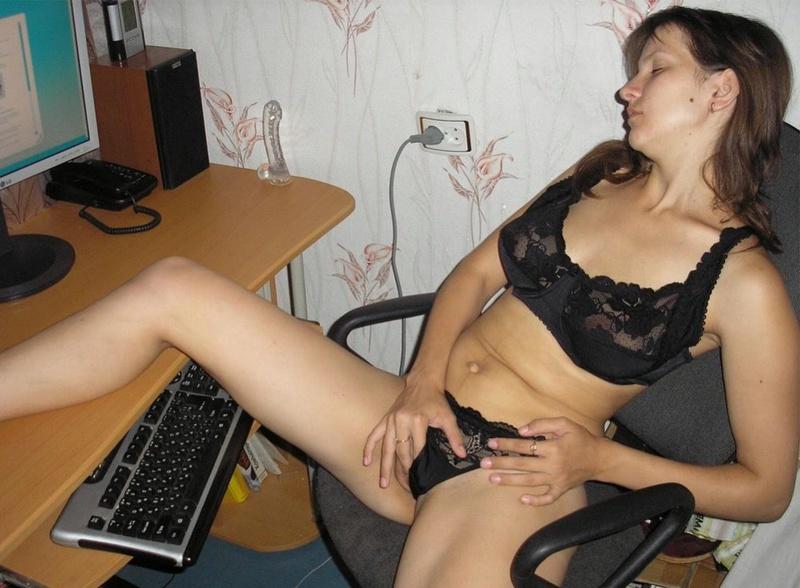 Задорная брюнетка гоняет киску секс игрушкой 3 фото
