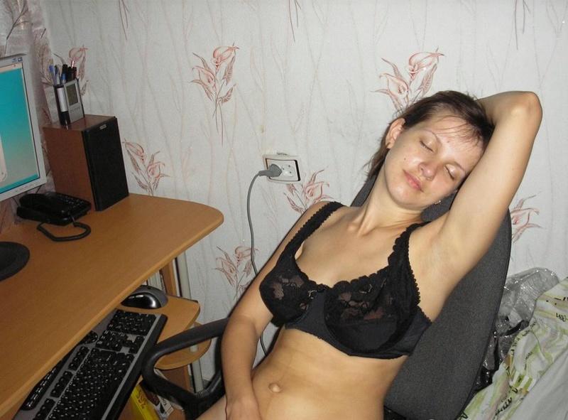 Задорная брюнетка гоняет киску секс игрушкой 7 фото